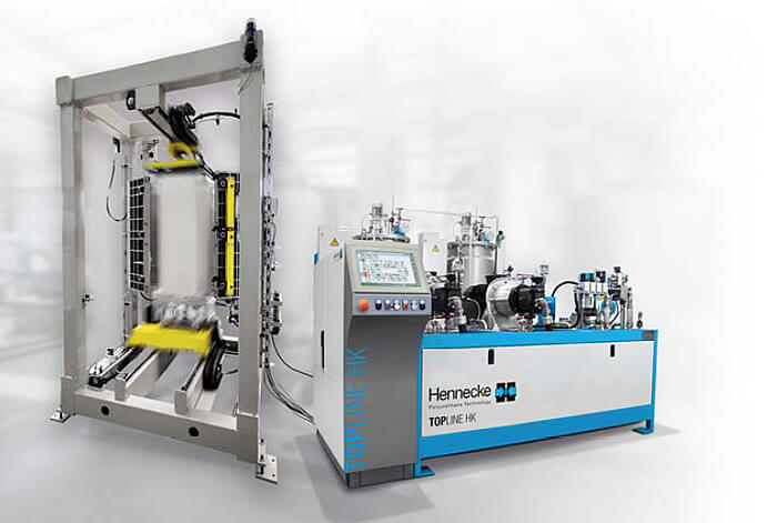 New mould carrier concept: a clamping device moves the foamed part completely out of the mould for easy removal. A TOPLINE high-pressure metering machine of size 650/650 assumes the metering task in the plant network.